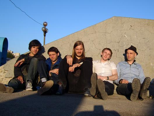 Eine von der Band signiertes Tambourin, 2 Tickets für die Vorstellung 'Black Rider' an der Berliner Schaubühne mit anschließendem Meet and Great Backstage